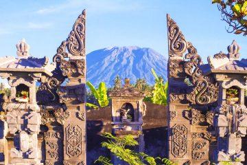 Vulkan Gunung Agung in Bali mit Tempel