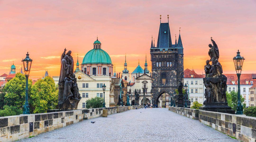 Die Goldene Stadt Prag bei Sonnenuntergang. Blick von der Kalrsbrücke