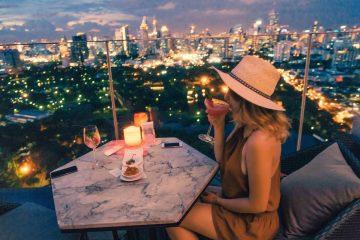 Junge Frau in Rooftopbar in Bangkok