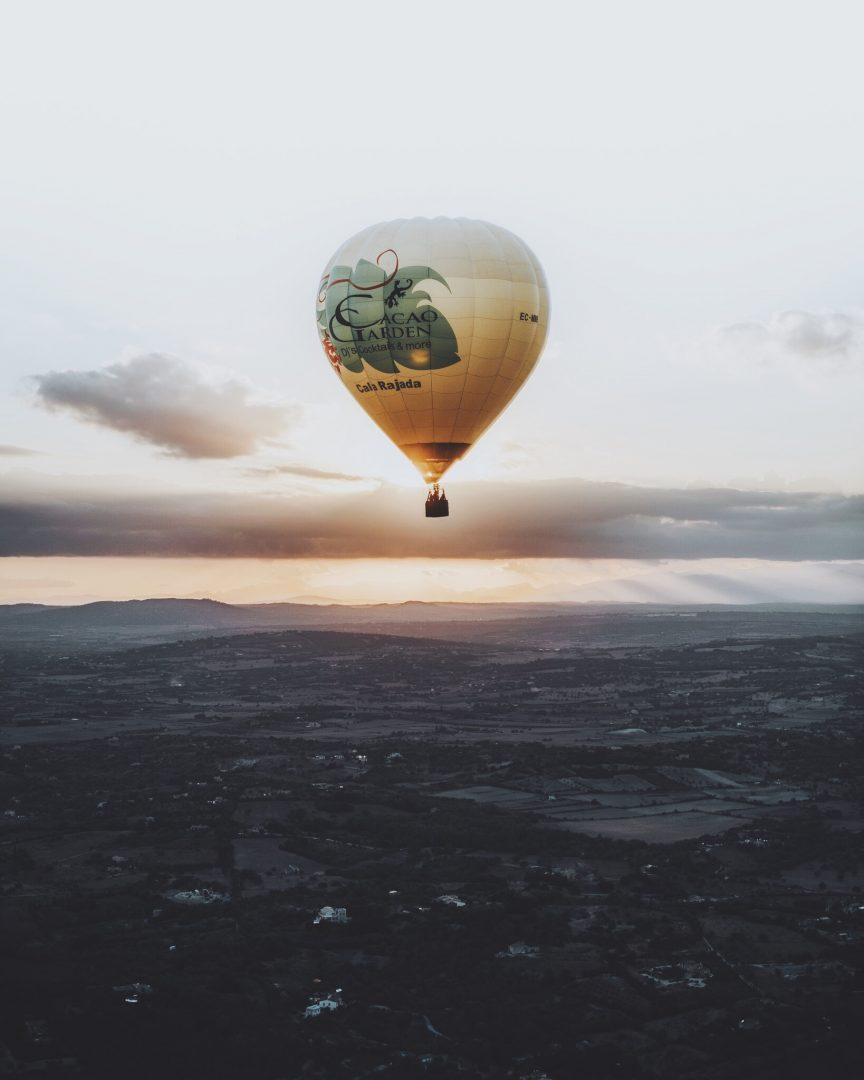 Heißluftballon-fahrt über den mallorquinischen Sonnenuntergang
