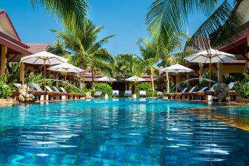 Hotel mit Pool unter Palmen