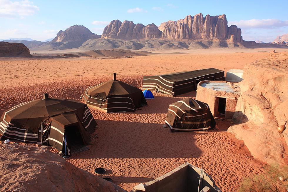 Zelte in Jordaniens Wüste Wadi Rum