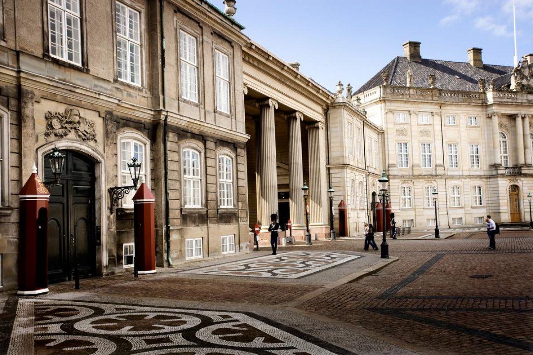 Wache vor dem Schloss Amalienborg