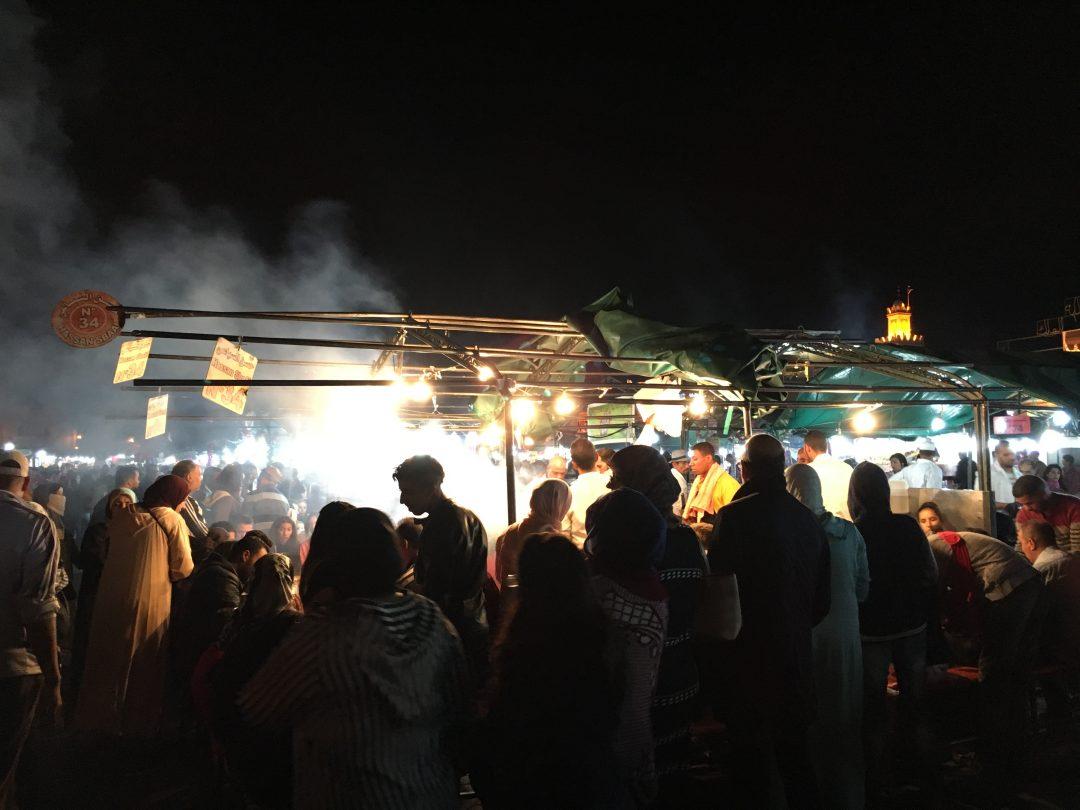 Markt mit Dampfküchen in Marrakesch bei Nacht