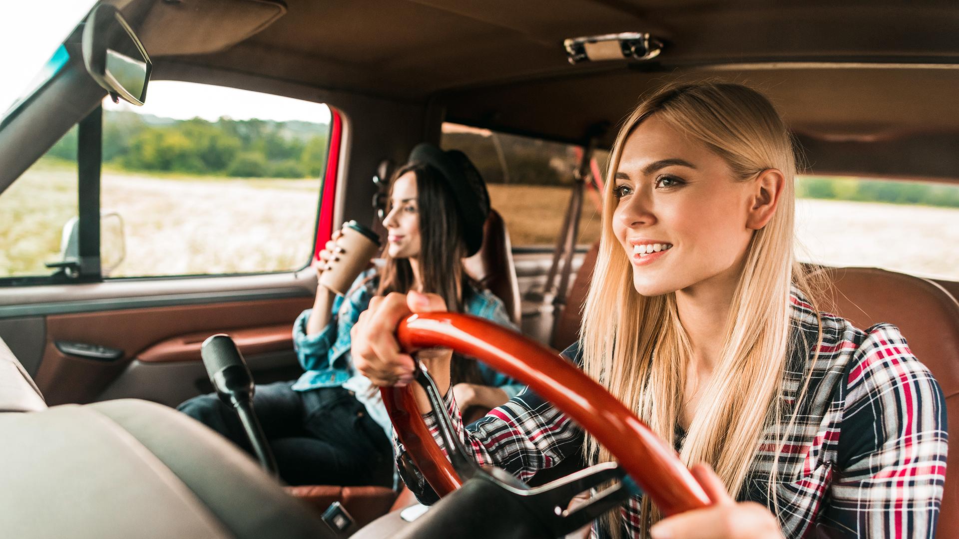 Zwei Freundinnen unternehmen einen Roadtrip im Ausland