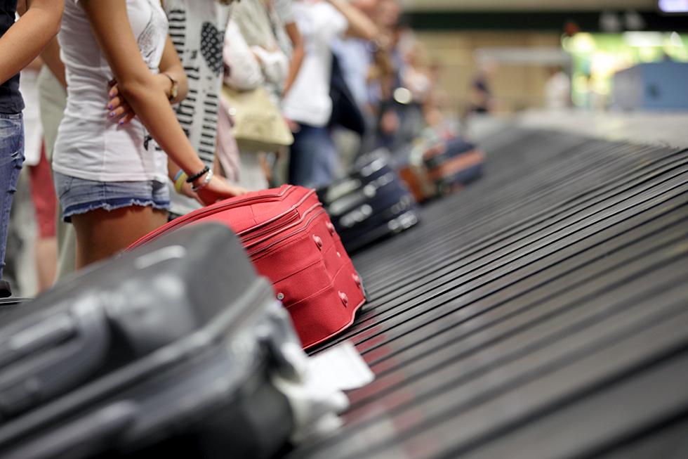 Menschen warten auf ihr Gepäck auf dem Fließband
